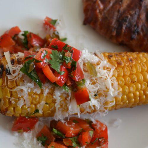 maiskolven met salsa